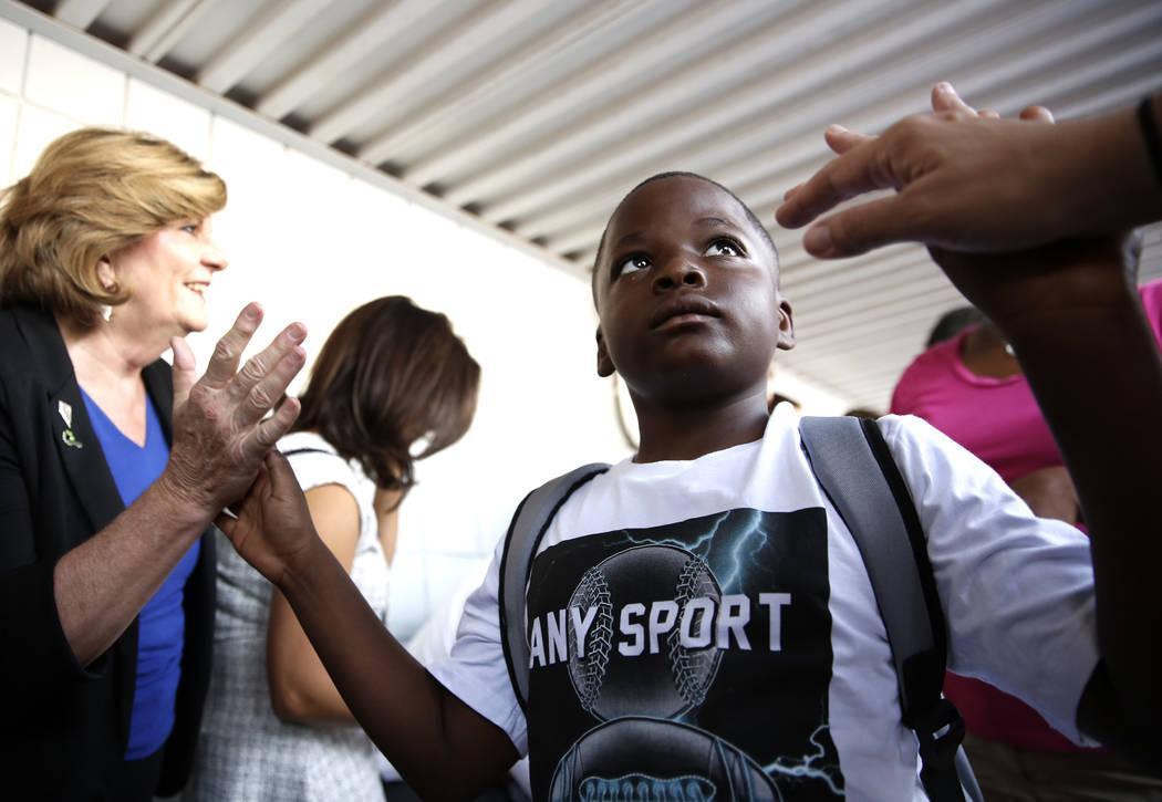 El estudiante de la Escuela Primaria Matt Kelly, Izaiah Hopkins, de 8 años, recibió la bienvenida de la comunidad y líderes empresariales con una bienvenida inspiradora y alfombra roja cuando l ...