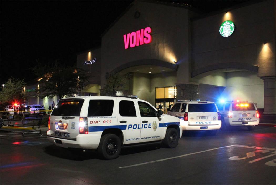 La policía de Henderson responde después de un tiroteo fuera de la tienda Vons en la cuadra 2600 de Windmill Parkway, cerca de Pecos Road, el domingo 12 de agosto de 2018. (Max Michor / Las Vega ...