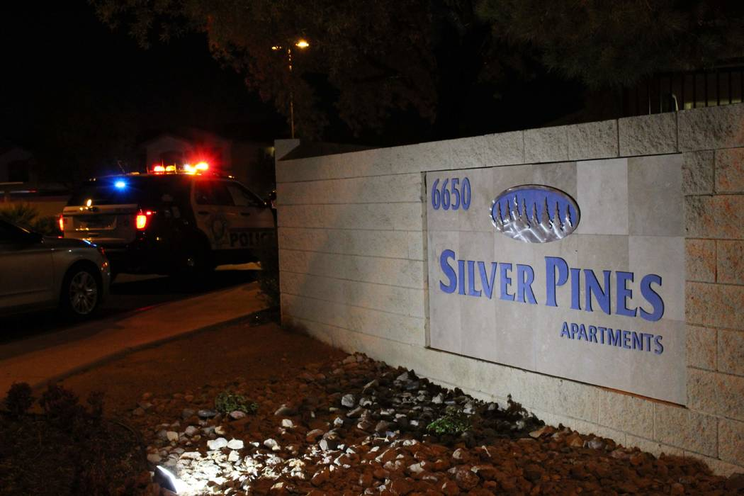 Un hombre sufrió una herida mortal de bala el domingo 1 de agosto de 2018 en Silver Pines Apartments. (Max Michor / Las Vegas Review-Journal)