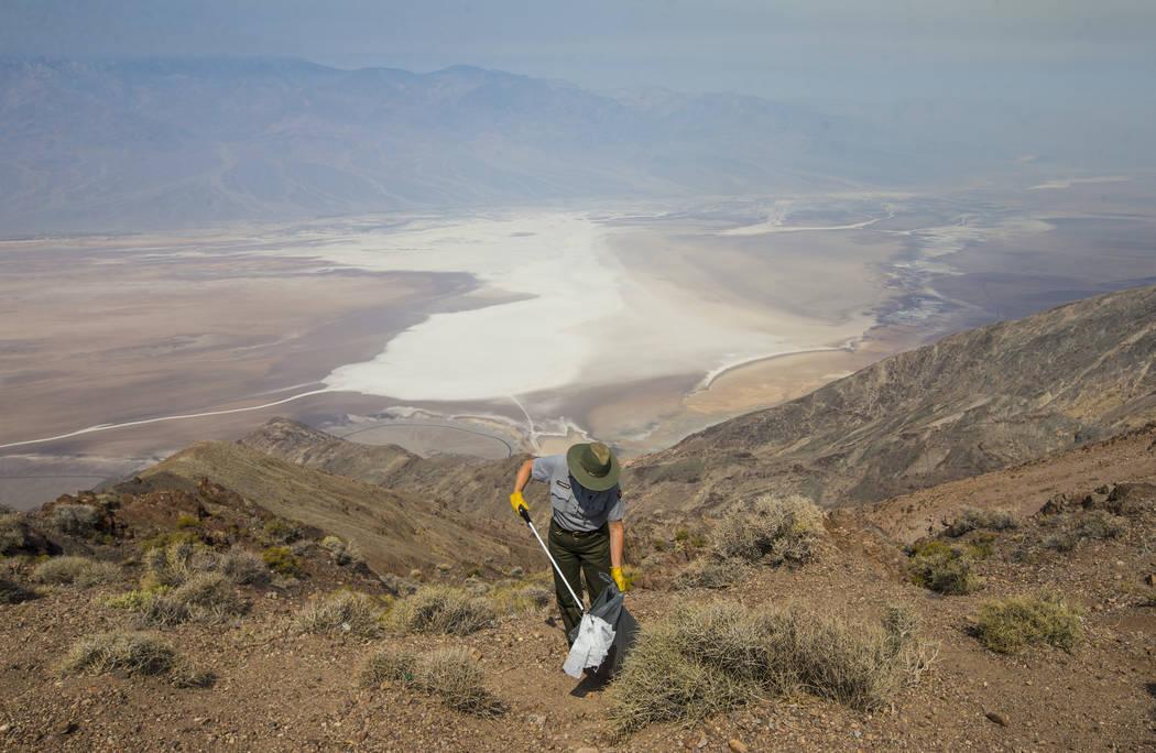La conserje del Parque Nacional del Valle de la Muerte, Terry Eddington, recoge basura en Badwater Basin, en el Parque Nacional del Valle de la Muerte, California, el martes 7 de agosto de 2018. C ...