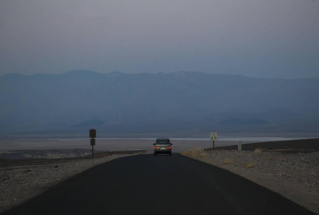 La conserje del Parque Nacional Death Valley, Terry Eddington, conduce al área de mantenimiento donde comienza su turno en el Parque Nacional Death Valley, California, el martes, 7 de agosto de 2 ...