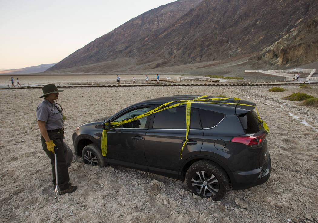 La conserje del Parque Nacional del Valle de la Muerte, Terry Eddington, mira un automóvil que condujo ilegalmente a Badwater Basin en el Parque Nacional Death Valley, California, el martes 7 de ...