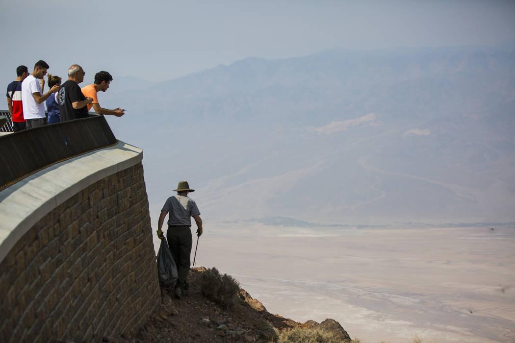La conserje del Parque Nacional Death Valley, Terry Eddington, recoge basura en Dante's View, en el Parque Nacional Death Valley, California, el martes 7 de agosto de 2018. Chase Stevens Las Vegas ...