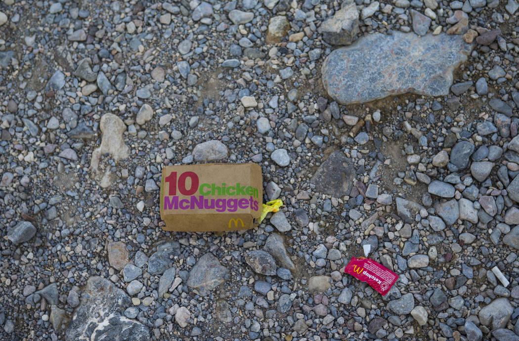 Basura dejada por la estación de pago y el área de baños a lo largo de la CA-190 en el Parque Nacional Death Valley, California, el martes 7 de agosto de 2018. Chase Stevens Las Vegas Review-Jo ...
