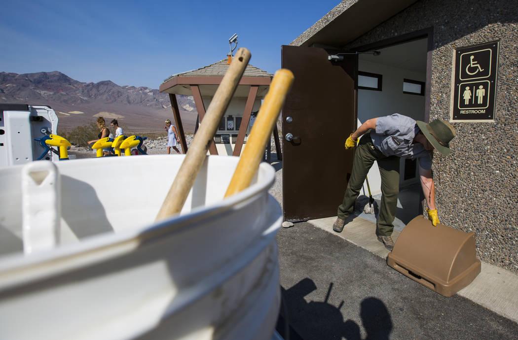 La conserje del Parque Nacional Death Valley, Terry Eddington, limpia los baños en el área de la estación de pago a lo largo de CA-190 en el Parque Nacional Death Valley, California, el martes, ...