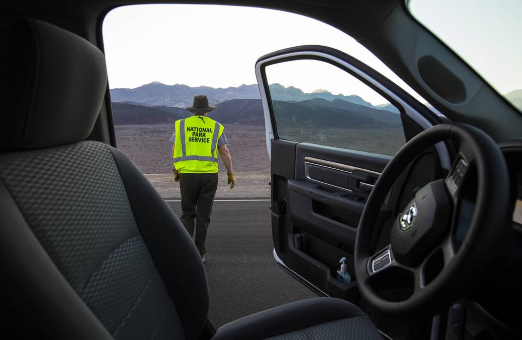 La conserje del Parque Nacional Death Valley, Terry Eddington, se detiene para recoger la basura en el lado de Badwater Road en el Parque Nacional Death Valley, California, el martes 7 de agosto d ...