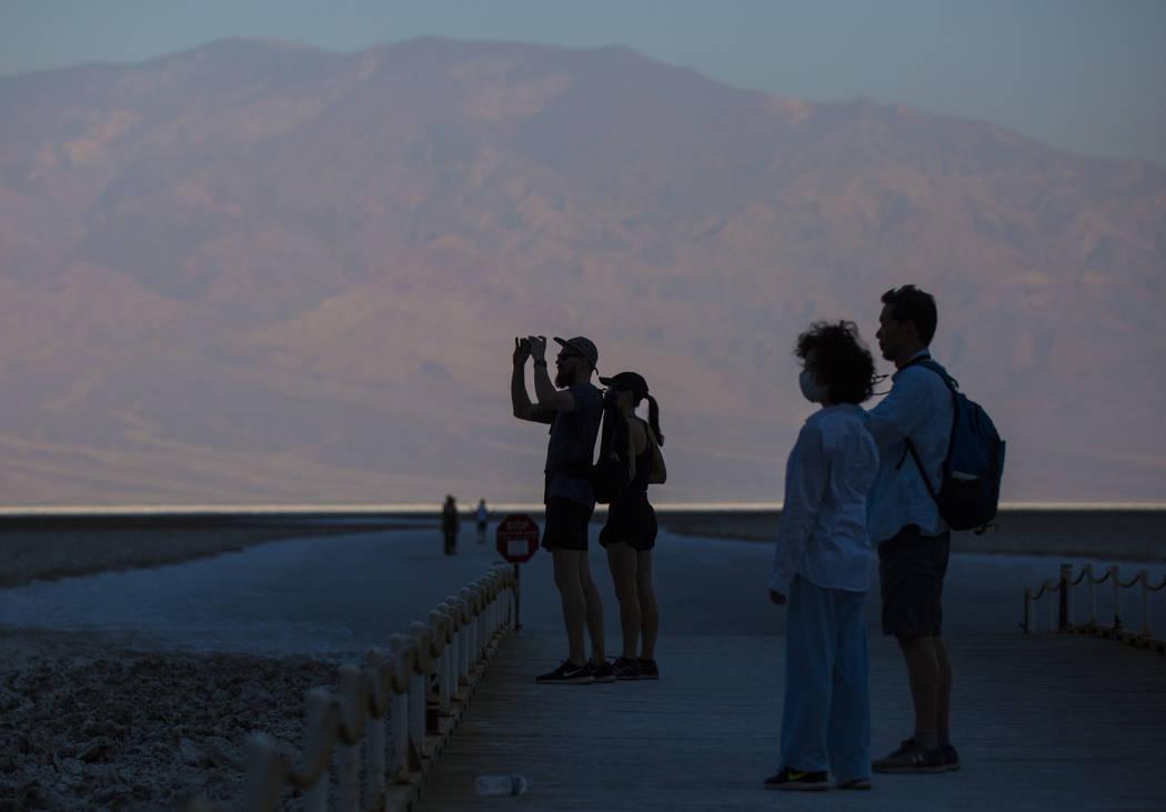 Los visitantes toman fotos en Badwater Basin en el Parque Nacional Death Valley, California, el martes, 7 de agosto de 2018. Chase Stevens Las Vegas Review-Journal @csstevensphoto