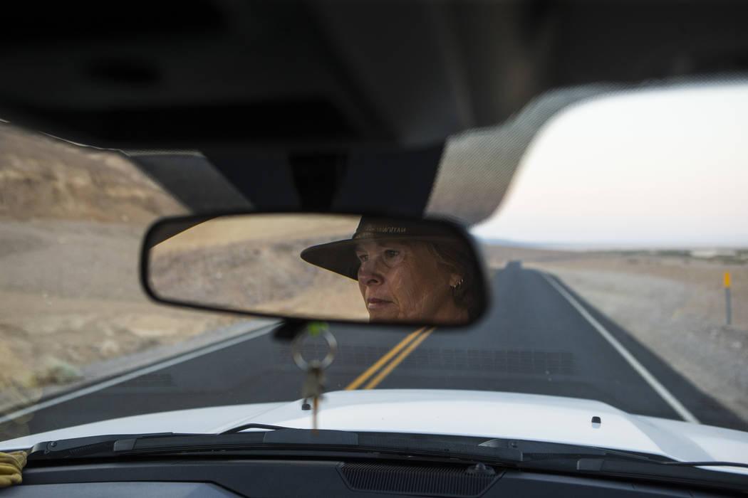 La conserje del Parque Nacional Death Valley, Terry Eddington, se dirige a Badwater Basin al comienzo de su turno en el Parque Nacional Death Valley, California, el martes, 7 de agosto de 2018. Ch ...