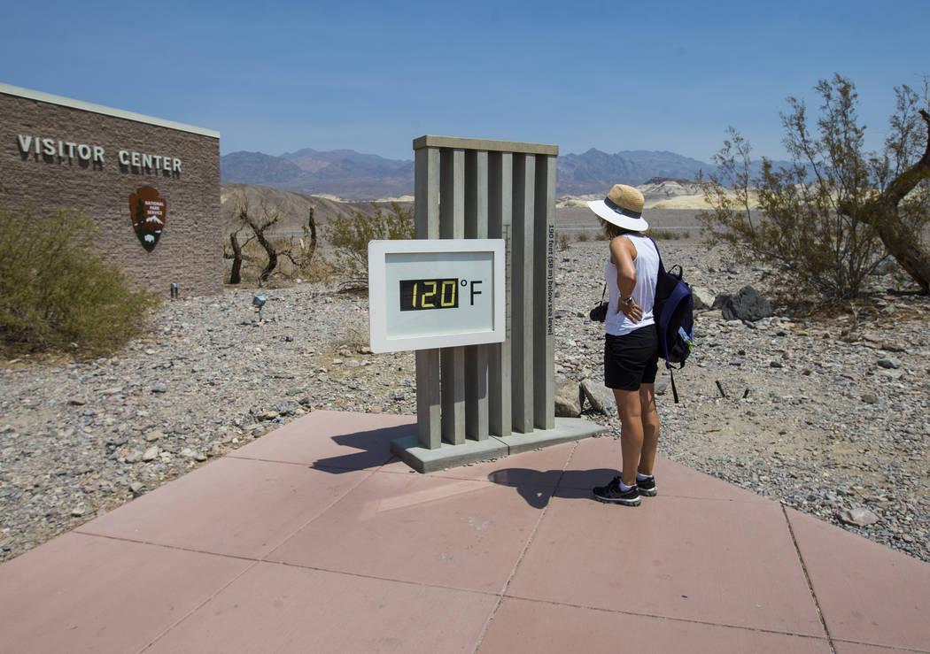 Un visitante observa la temperatura mostrada en el centro de visitantes en el Parque Nacional Death Valley, California, el martes 7 de agosto de 2018. Chase Stevens Las Vegas Review-Journal @csste ...