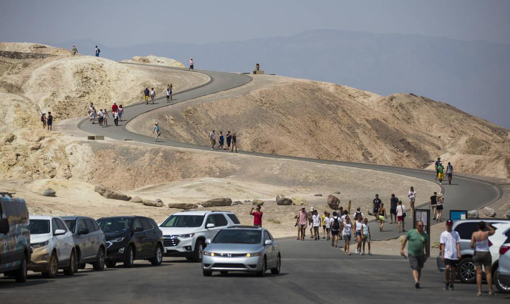 Visitantes en Zabriskie Point en el Parque Nacional Death Valley, California, el martes, 7 de agosto de 2018. Chase Stevens Las Vegas Review-Journal @csstevensphoto