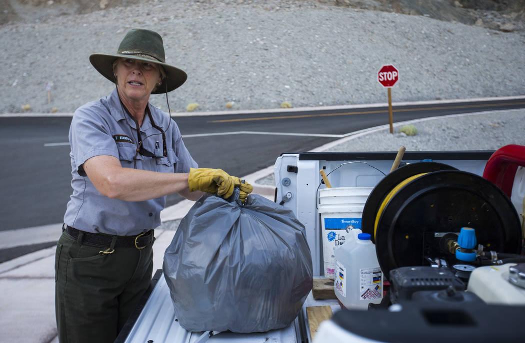 La conserje del Parque Nacional Death Valley, Terry Eddington, recoge basura en Badwater Basin en el Parque Nacional Death Valley, California, el martes, 7 de agosto de 2018. Chase Stevens Las Veg ...