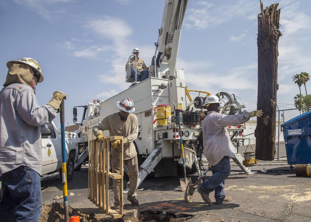 Equipos de NV Energy trabajan para restablecer la energía en el área de Fremont Street y Bruce Street el domingo 12 de agosto de 2018 en Las Vegas. Más de 60 mil personas perdieron el poder el ...