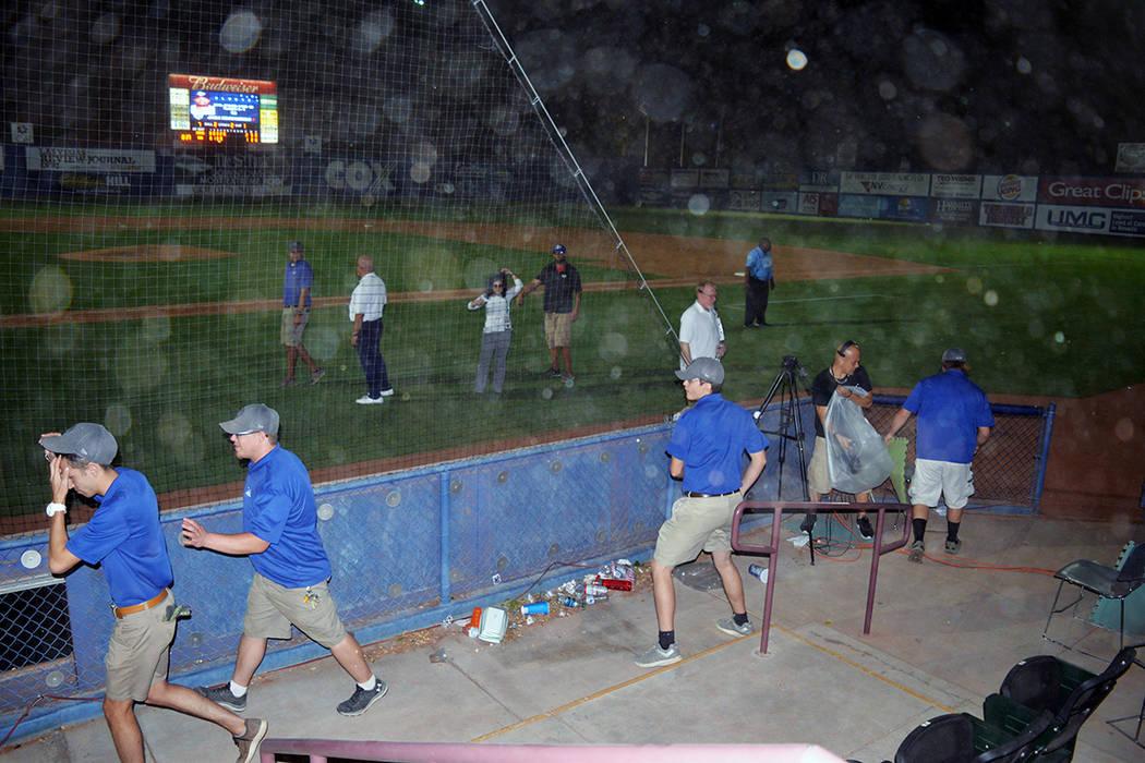 El clima adverso obligó a la suspensión del tercer juego de la serie. El sábado 11 de agosto en el Cashman Field. Foto Frank Alejandre / El Tiempo.