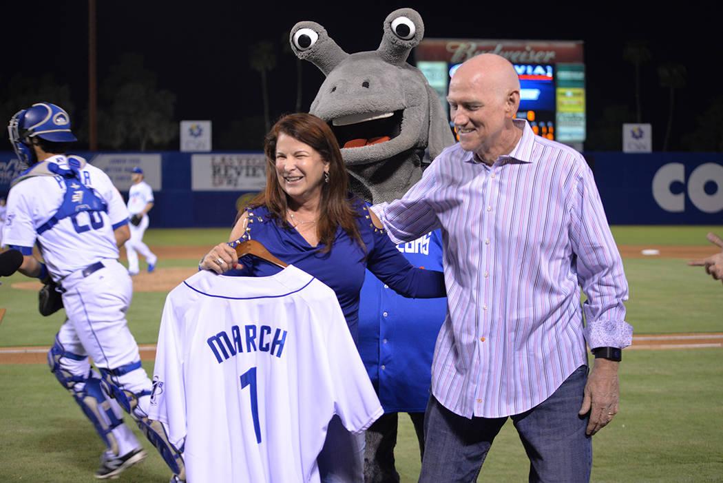 La alcaldesa de Henderson, Debra March recibió un jersey cortesía de Las Vegas 51's en el último juego de la serie. Le acompañó el comisionado Larry Brown. El sábado 11 de agosto en el Cas ...