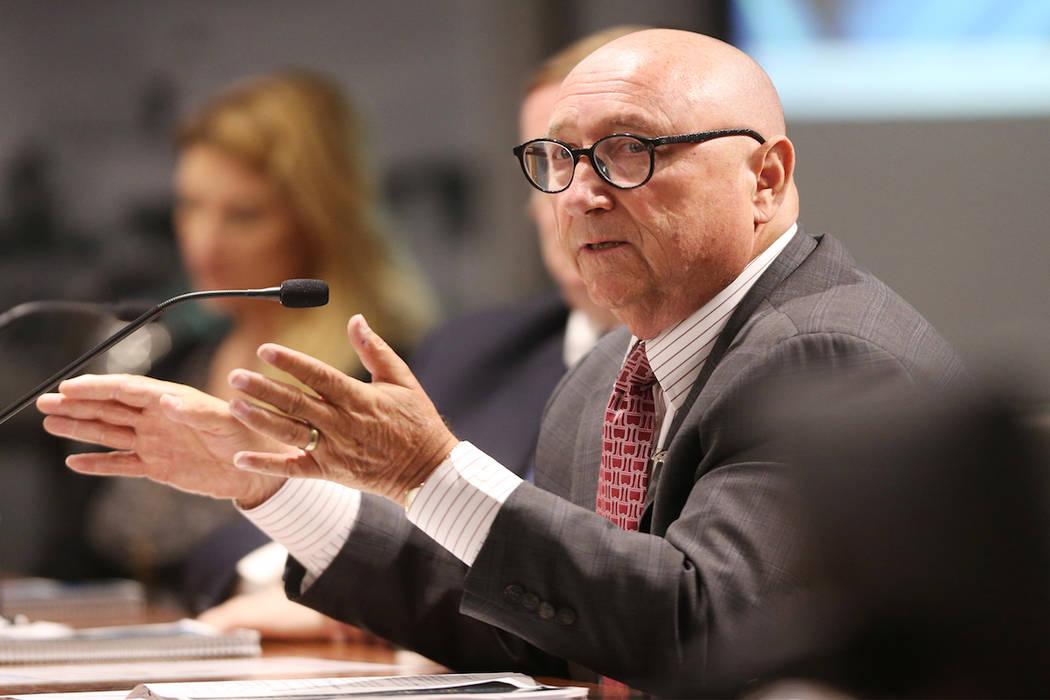 Rossi Ralenkotter, presidente de la Autoridad de Convenciones y Visitantes de Las Vegas, pronuncia su discurso de retiro durante una reunión de la junta en el Centro de Convenciones de Las Vegas, ...