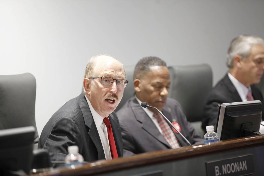 Bill Noonan, miembro de la Autoridad de Convenciones y Visitantes de Las Vegas, escucha a un orador en una reunión de la junta directiva en el Convention Center de Las Vegas, martes 8 de mayo de ...