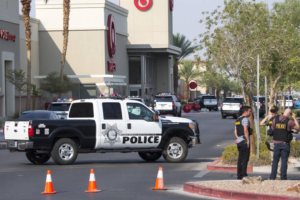 La policía investiga el tiroteo con un agente involucrado en un complejo comercial cerca de Blue Diamond Road y Arville Street en Las Vegas el sábado 11 de agosto de 2018. Richard Brian Las Veg ...