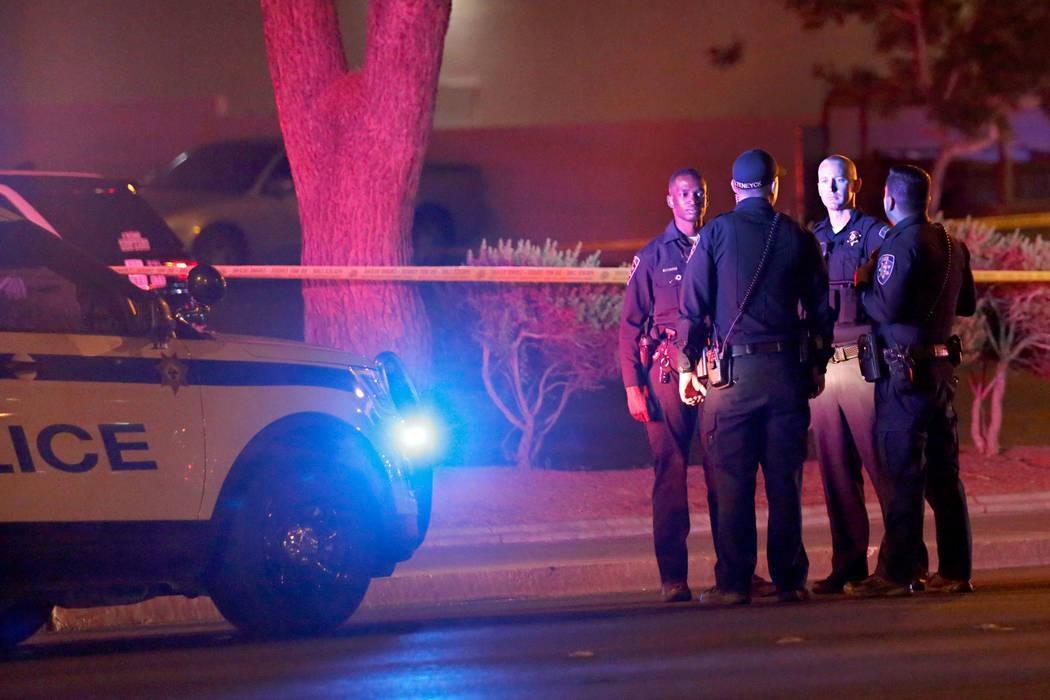 La policía de Las Vegas investiga un tiroteo que involucró a una oficial cerca de un complejo de apartamentos en la cuadra 5300 de East Tropicana Avenue en Las Vegas, el miércoles 8 de agosto d ...