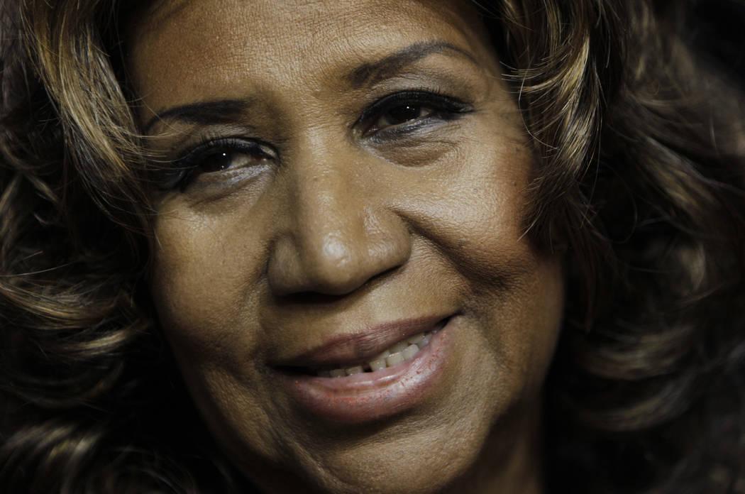 Aretha Franklin sonríe después del juego de baloncesto Detroit Pistons-Miami Heat en la NBA en Auburn Hills, Michigan, el 11 de febrero de 2011. Franklin está gravemente enferma, según una per ...