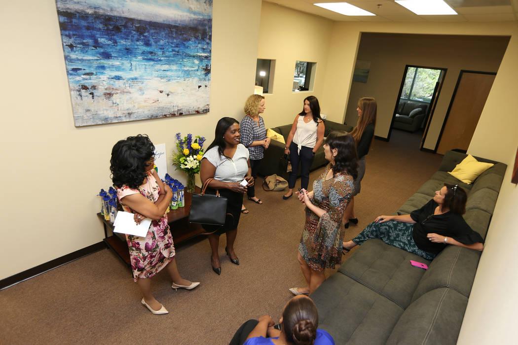 Las personas visitan la jornada de puertas abiertas del Centro para la Esperanza, un centro de tratamiento de trastornos alimentarios, en Henderson, el jueves 28 de junio de 2018. Erik Verduzco La ...