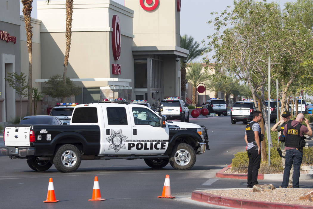La policía investiga el tiroteo de un agente involucrado en un complejo comercial cerca de Blue Diamond Road y Arville Street en Las Vegas el sábado 11 de agosto de 2018. Richard Brian Las Vegas ...