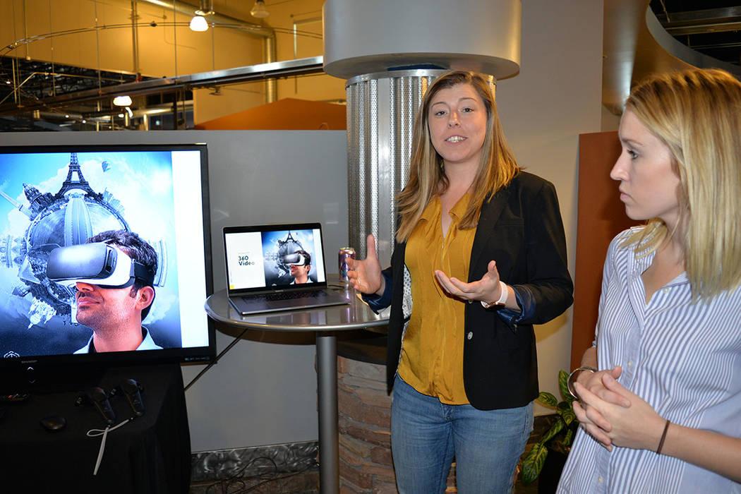 Shayna Wenger –izquierda-, experta en diseño creativo y Stanzie Dunn gerente de contenidos de R&R Partners, muestran los adelantos en áreas específicas de desarrollo. Martes 14 de agosto de 2 ...