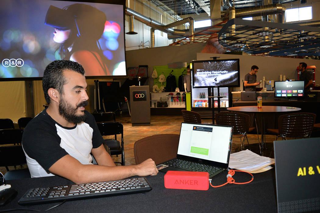 Luis Suárez explicó el funcionamiento de una aplicación de voz, que es muestra de la inteligencia artificial disponible para el público. Martes 14 de agosto de 2018, en la Expo de Innovación ...