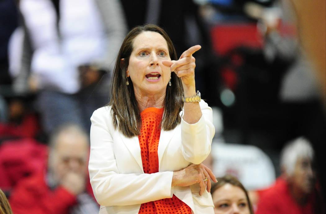 La entrenadora de baloncesto de las Lady Rebels de la UNLV, Kathy Olivier, reacciona durante su partido de básquetbol universitario femenino NCAA contra Mississippi State en Cox Pavilion en Las V ...