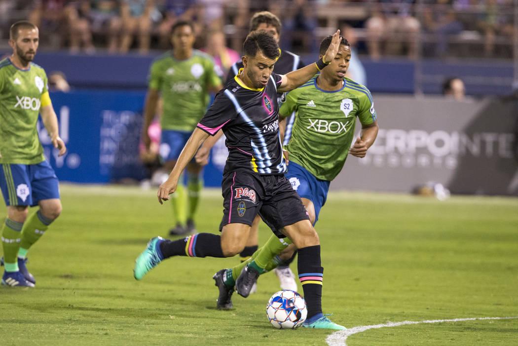 El centrocampista de Las Vegas Lights FC, Carlos Álvarez (7), toma un tiro contra el Seattle Sounders FC 2 durante la primera mitad de un partido de la United Soccer League en Cashman Field en el ...