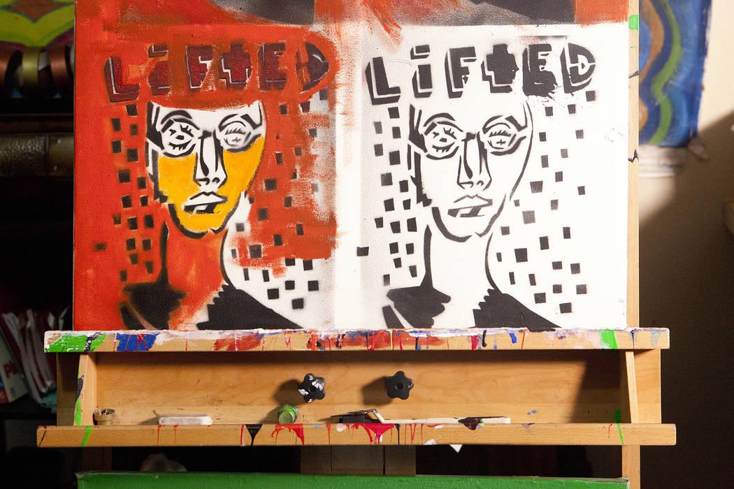 """Parte de la serie de pintura """"Lifted"""" del artista Dave Dave, en su apartamento de Las Vegas el miércoles 20 de junio de 2016. El padre de Dave intentó matarlo cuando tenía seis años al prender ..."""