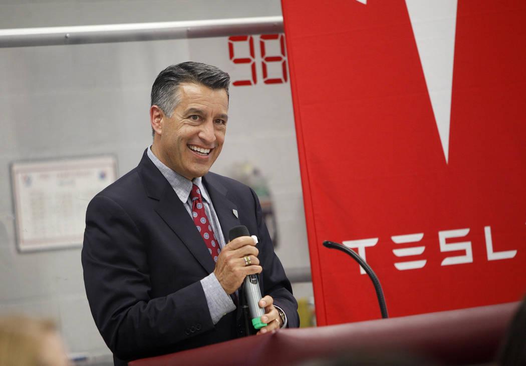 El gobernador Brian Sandoval habla en un evento donde Tesla y líderes educativos revelaron nuevas oportunidades para la robótica en la educación en todo el estado en Cimarron-Memorial High Scho ...