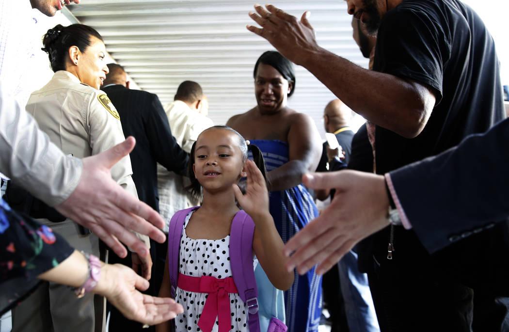 La estudiante de la Escuela Primaria Matt Kelly, Tiaryana Foster, de 5 años, recibió la bienvenida de la comunidad y líderes empresariales con una bienvenida inspiradora y alfombra roja cuando ...