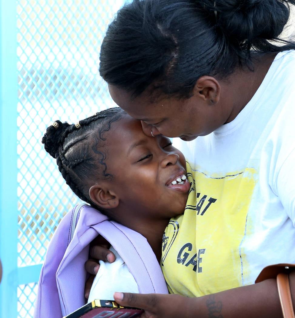 Chanell Wilson se despide de su hija Constance Shabazz, de 8 años, antes de partir hacia el primer día de clases en la Escuela Primaria Kelly el lunes 13 de agosto de 2018 en North Las Vegas. Bi ...
