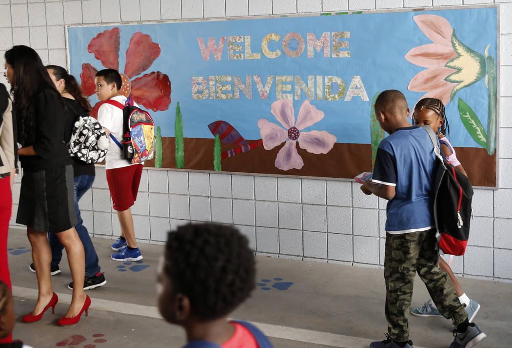 Los alumnos de la Escuela Primaria Matt Kelly llegan a su primer día de clases el lunes 13 de agosto de 2018 en North Las Vegas. Bizuayehu Tesfaye / Las Vegas Review-Journal @bizutesfaye