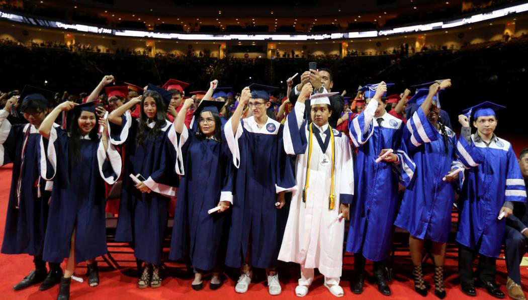 Los estudiantes giran sus borlas durante la ceremonia de graduación de verano del Distrito Escolar del Condado de Clark el martes, 7 de agosto de 2018, en Orleans Arena. Durante los últimos siet ...