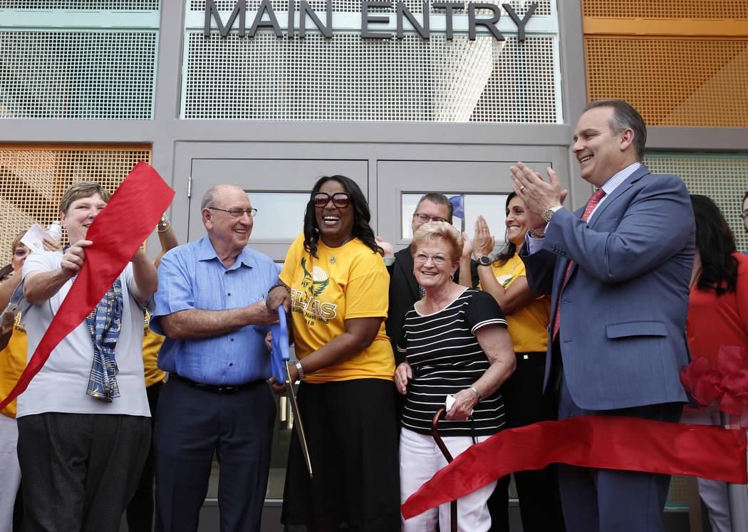 Deanna Wright, presidente de la Junta de CCSD, izquierda, Robert Ellis, segundo a la izquierda, y su esposa Sandra, segunda a la derecha, socios filantrópicos del Distrito Escolar del Condado de ...