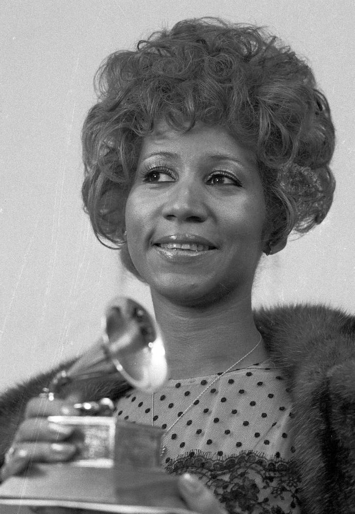 """Aretha Franklin sostiene su Premio Grammy a la Mejor Interpretación Rítmica y Blue de la canción """"Bridge Over Troubled Waters"""", en Nueva York, el 13 de marzo de 1972. Franklin murió el jueves ..."""