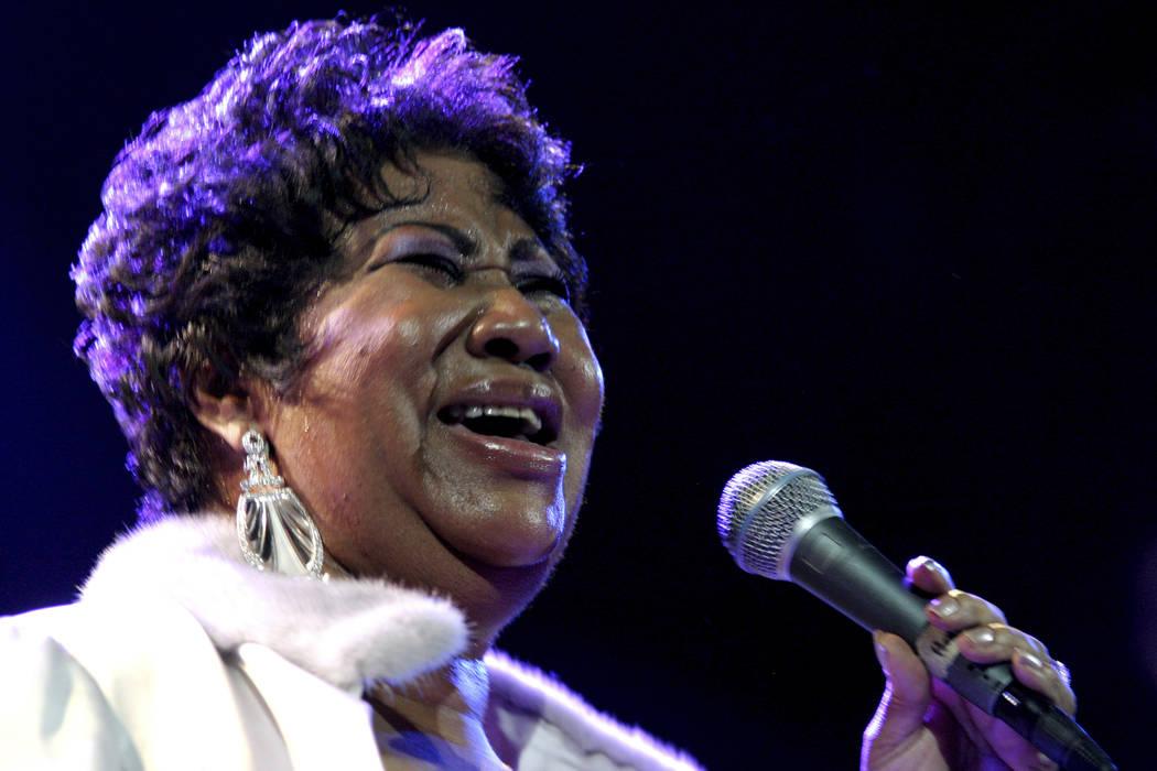 ARCHIVO - En esta foto de archivo del 21 de noviembre de 2008, Aretha Franklin actúa en el House of Blues en Los Ángeles. Franklin murió el jueves 16 de agosto de 2018 en su casa en Detroit. El ...