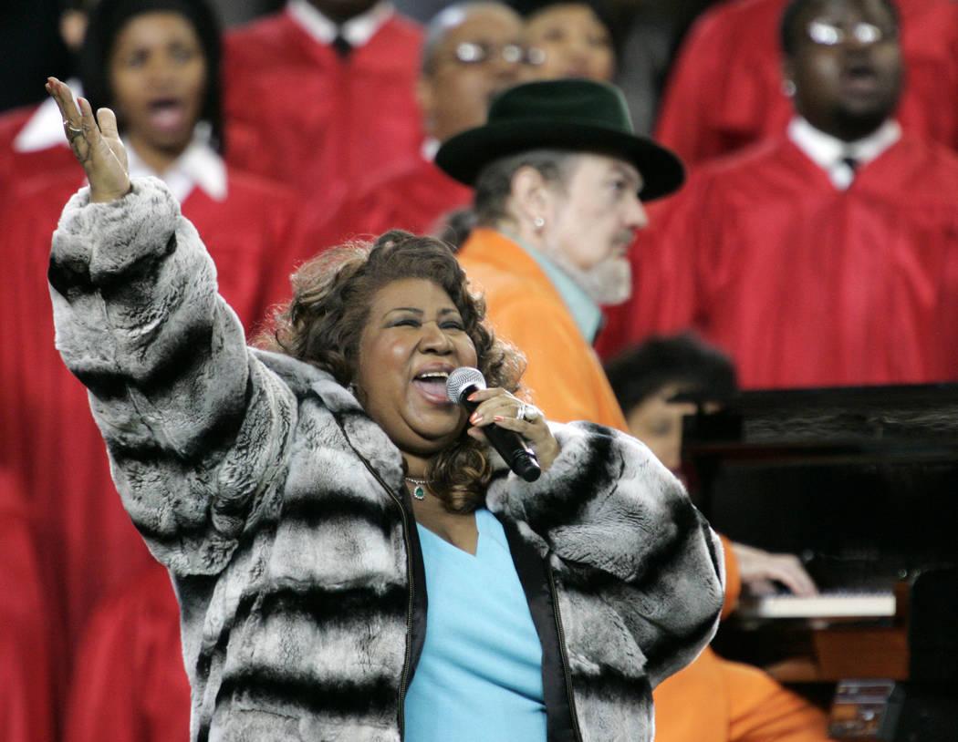Aretha Franklin y el Dr. John, tocando el piano, cantaron el himno nacional antes del partido de fútbol del Super Bowl XL en Detroit. Franklin murió el jueves 16 de agosto de 2018 en su casa en ...