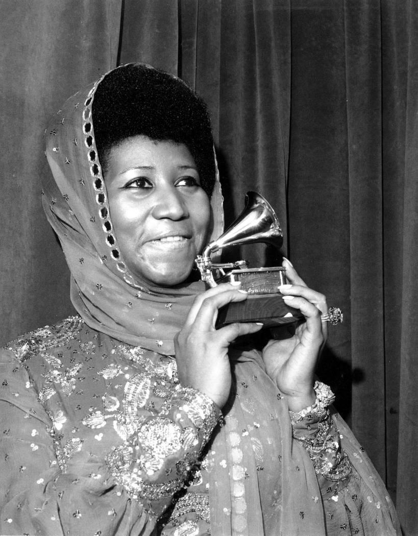 """La cantante Aretha Franklin posa con su Premio Grammy a la mejor interpretación vocal femenina de R&B por """"Ain't Nothing Like the Real Thing"""" en la presentación número 17 de los premios Grammy ..."""