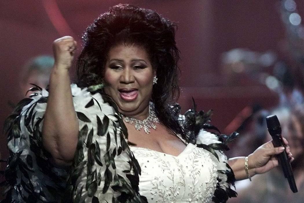 """Aretha Franklin, la """"Reina del Soul"""", se presenta durante el tributo """"VH1 Divas 2001: The One and Only Aretha Franklin"""" en Nueva York en 2001. (Suzanne Plunkett / AP)"""