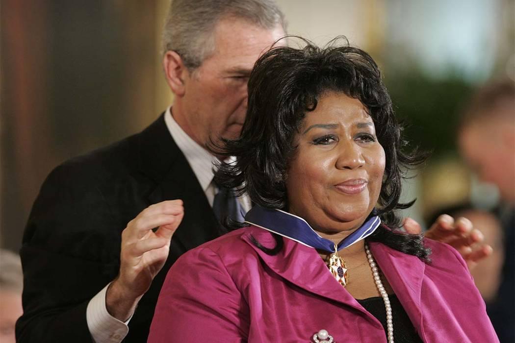 El presidente Bush le otorga a la cantante Aretha Franklin el Premio de la Medalla de la Libertad Presidencial en el Salón Este de la Casa Blanca en 2005. (Lawrence Jackson / AP)