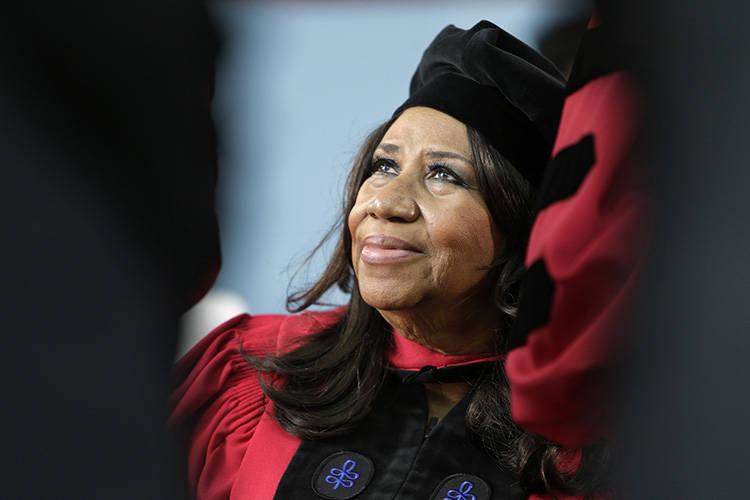 Aretha Franklin mira hacia arriba mientras está sentada en el escenario durante las ceremonias de graduación de la Universidad de Harvard, en Cambridge, Massachusetts (AP / Steven Senne)