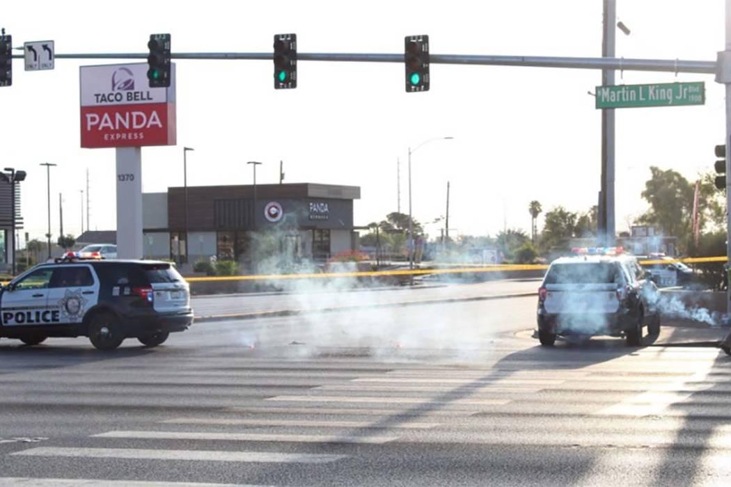 La policía de Las Vegas el jueves 16 de agosto de 2018 bloqueó Lake Mead Boulevard en el valle central mientras investigaban un grave accidente de auto-bicicleta. (Max Michor / Las Vegas Review- ...