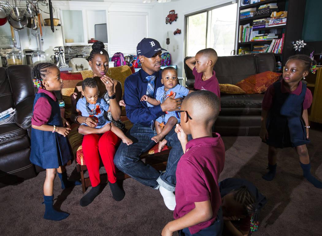 Deon Derrico, en el centro, con su esposa, Karen Evonne Derrico, y algunos de sus 11 hijos antes de posar para una foto familiar en su casa en North Las Vegas el miércoles 15 de agosto de 2018. C ...