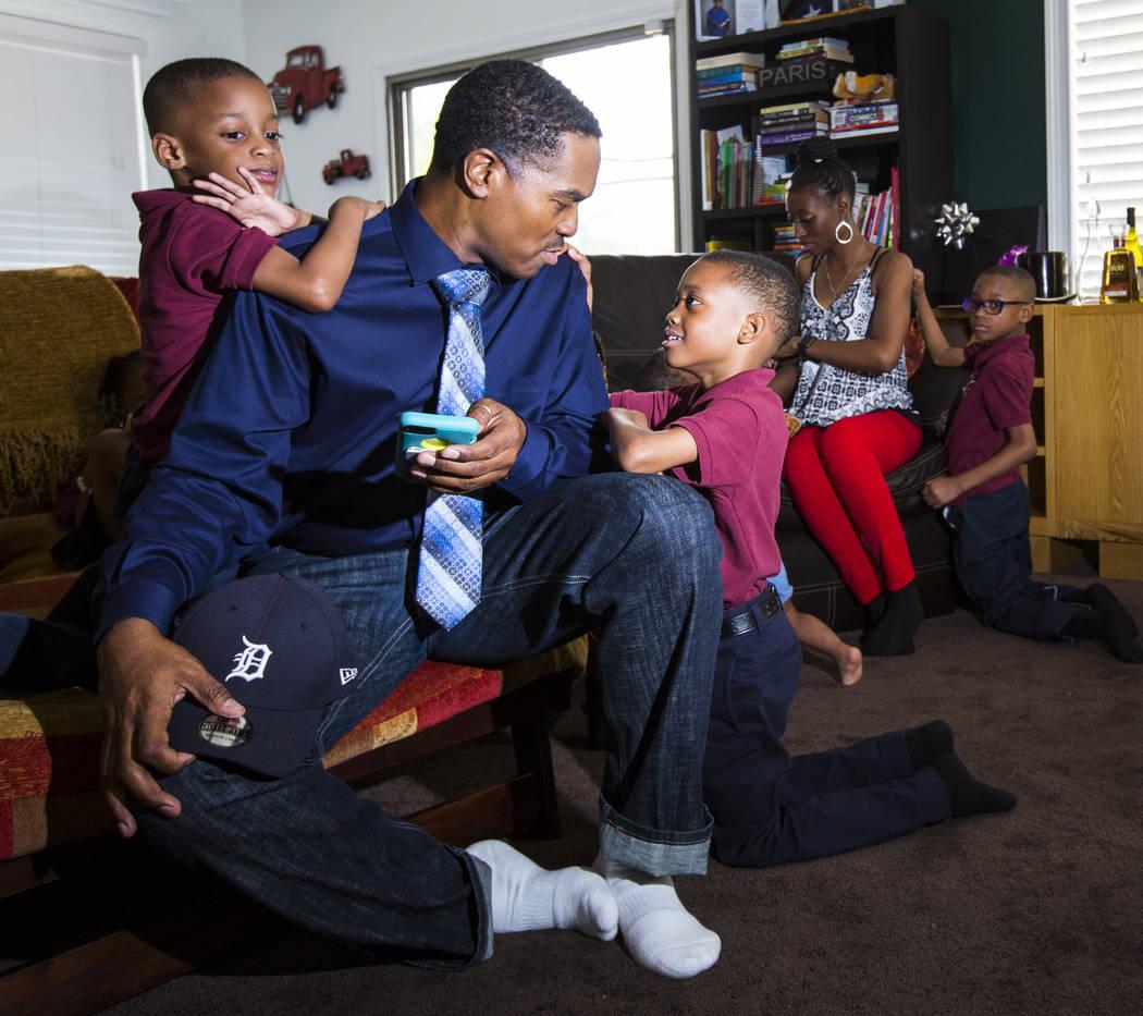 Deon Derrico se sienta con sus hijos, Deniko, 4, izquierda, y Denver, 6, en su casa en North Las Vegas el miércoles, 15 de agosto de 2018. Chase Stevens Las Vegas Review-Journal @csstevensphoto