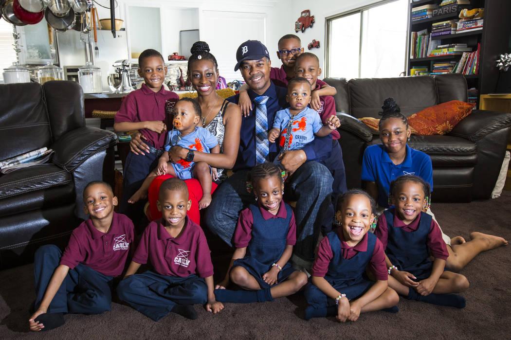 Deon Derrico, en el centro, con su esposa, Karen Evonne Derrico, y sus 11 hijos antes de posar para una foto familiar en su casa en North Las Vegas el miércoles 15 de agosto de 2018. Chase Steven ...