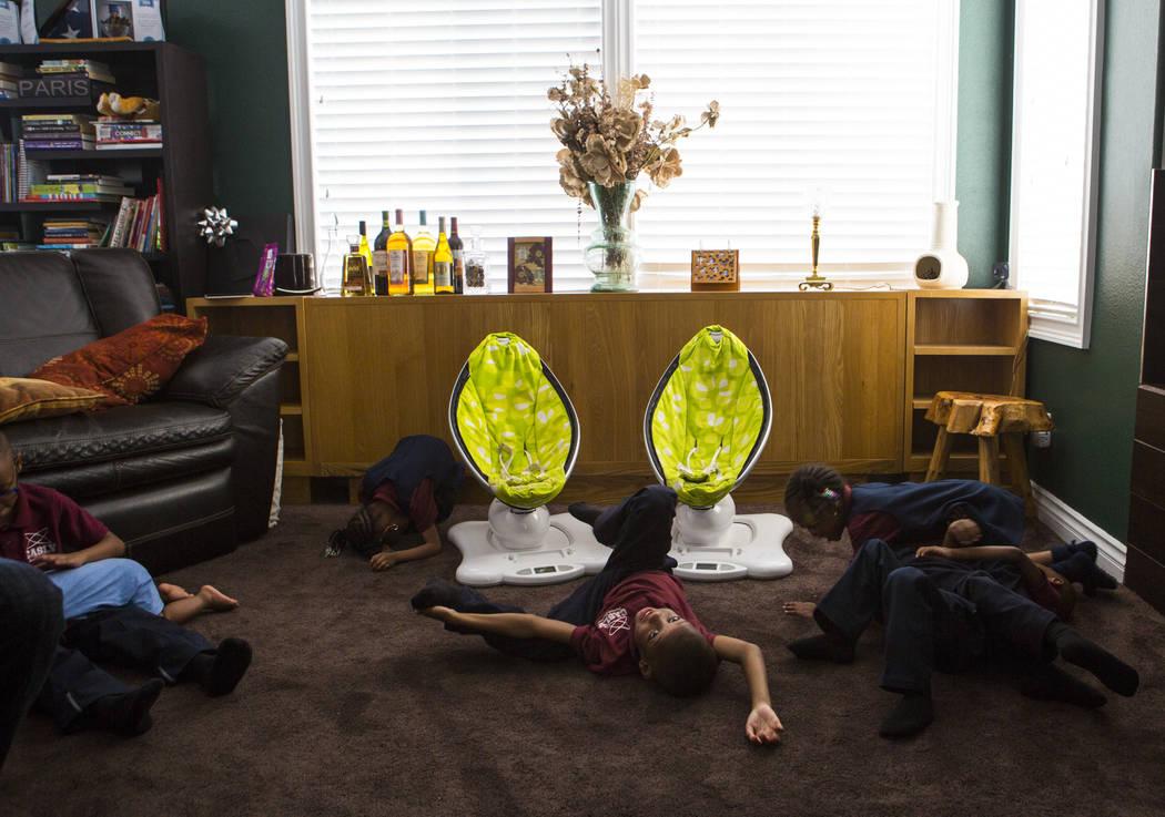 Algunos de los 11 niños Derrico se relajan en su casa en North Las Vegas el miércoles 15 de agosto de 2018. Chase Stevens Las Vegas Review-Journal @csstevensphoto