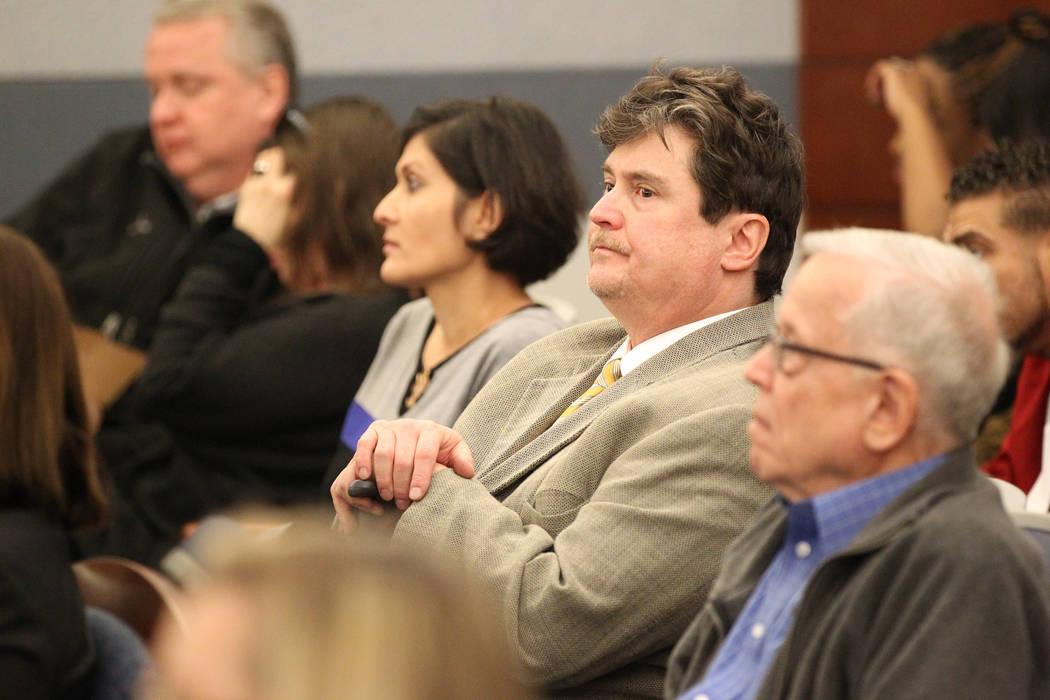 Mark Georgantas, segundo desde la derecha, quien persuadió a gente para que le prestaran dinero por lo que los fiscales determinaron que era una estafa de casino, espera ser sentenciado en el Cen ...