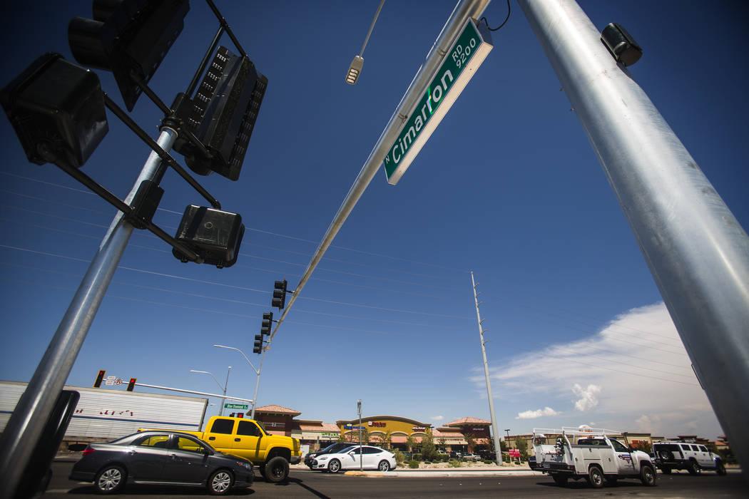Un semáforo en Cimarron Road y Blue Diamond Road se ve el jueves 14 de agosto de 2014. La Oficina de Seguridad de Tránsito de Nevada busca una ley que permita a la policía multar a los conducto ...